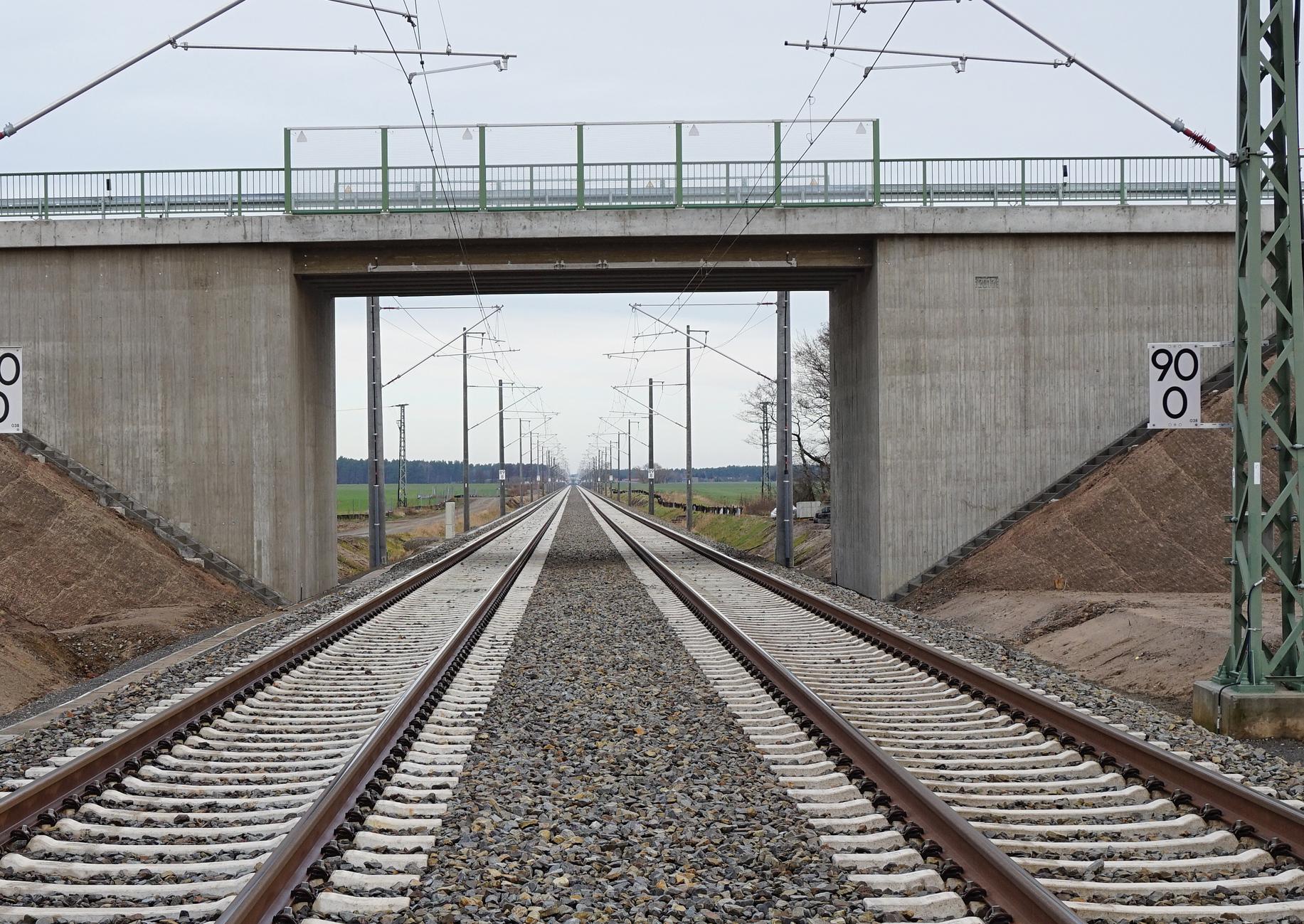 Gleise unter einer Straßenbrücke
