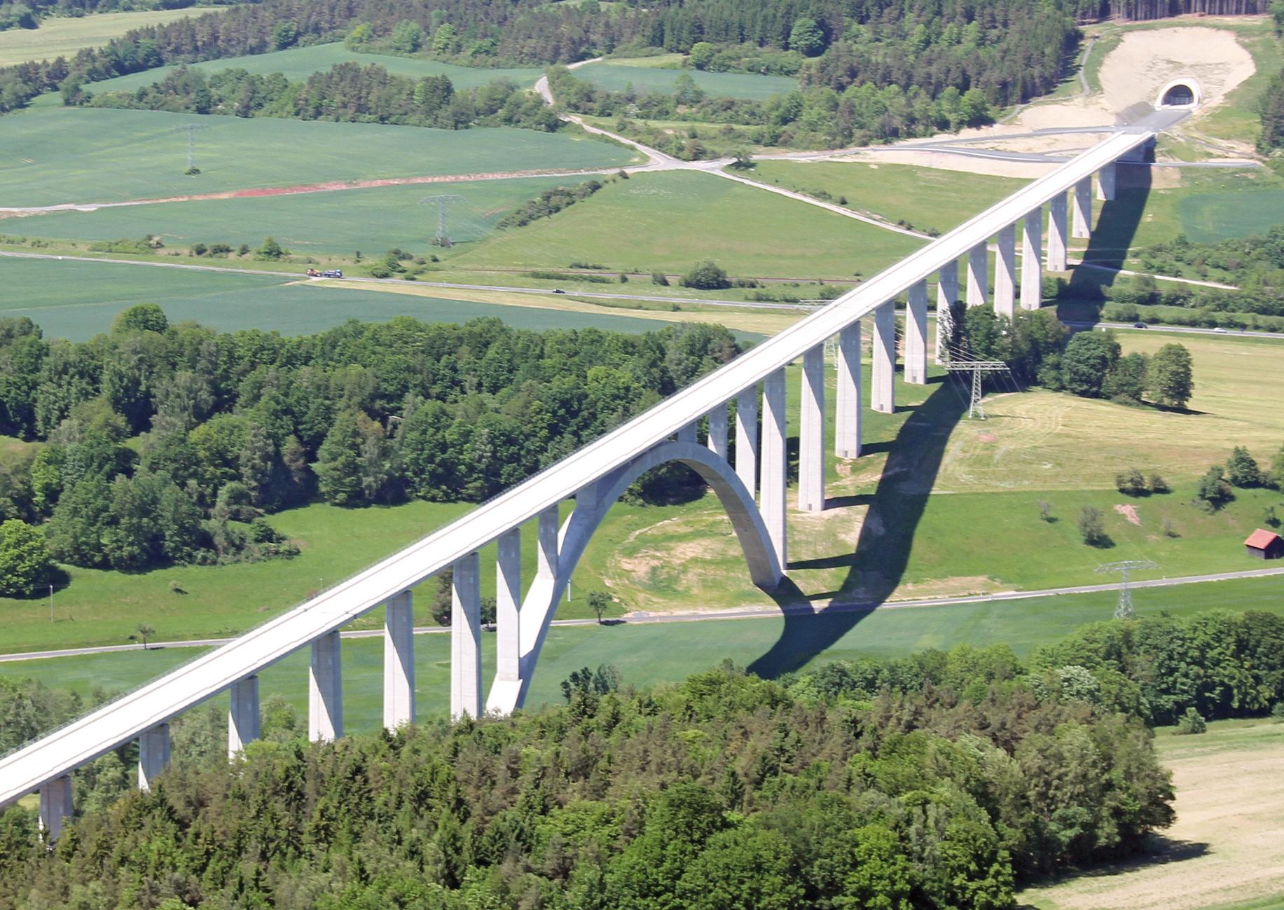Brücke über ein Tal