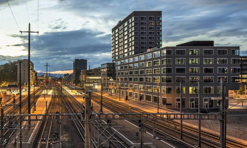 Gebäude im Bahnhofsareal von Zürich-Altstetten