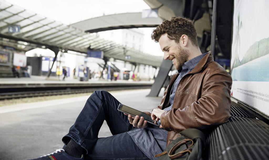 Smartphone Nutzer am Bahnsteig