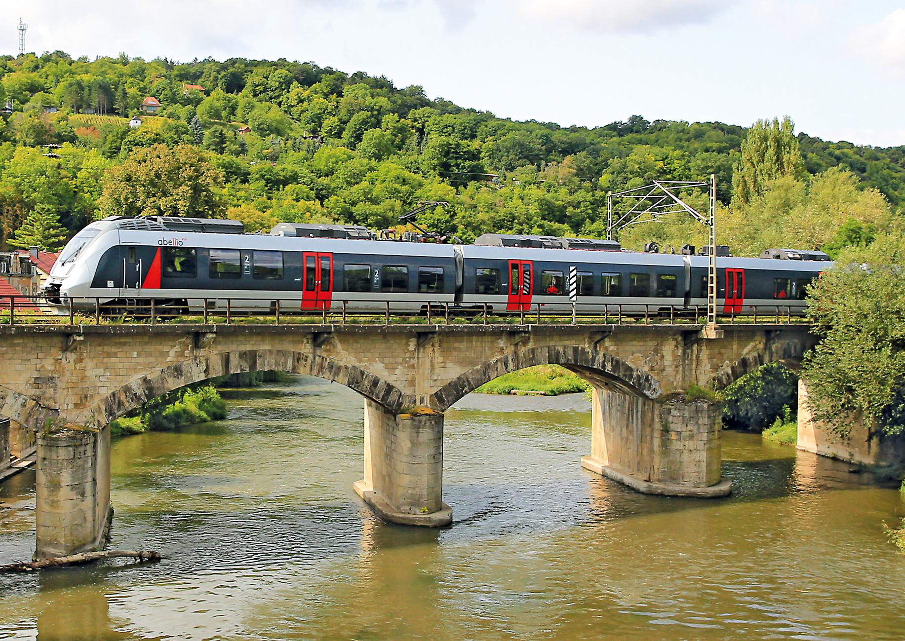 Abellio Zug im Burgenlandkreis über Brücke bei Sommerwetter