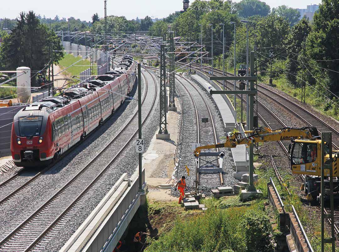 Bauarbeiten am Nachbargleis, mit fahrendem Regiozug