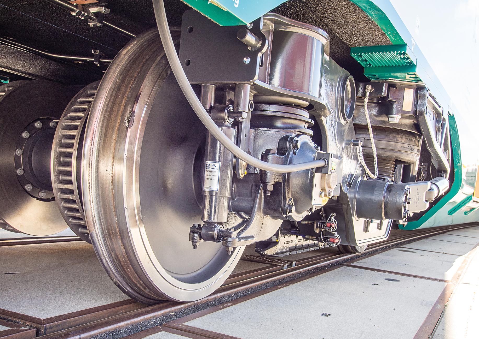 Große Aufnahme von Rädern eines Zuges mit Bremse