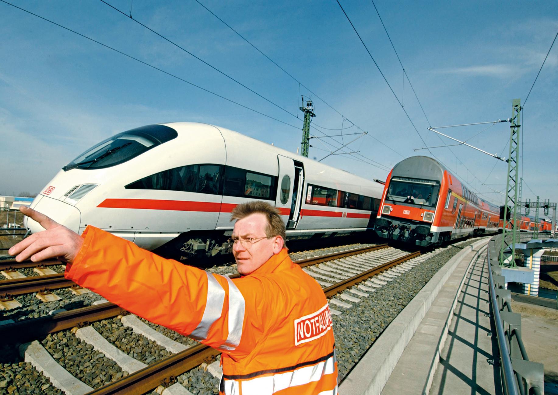Notfallmanager mit Warnweste im Einsatz an Bahngleisen