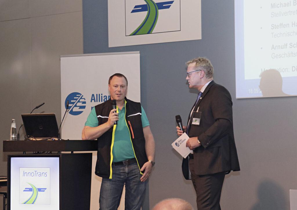 auf dem podium der abschlussveranstaltung zum projekt fahr umweltbewusst auf der Innotrans 2018