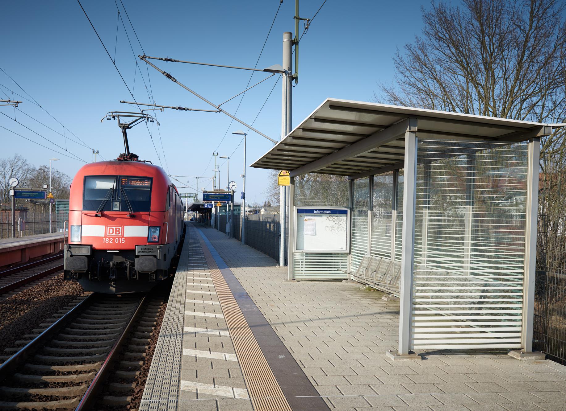 Zug am Bahnsteig