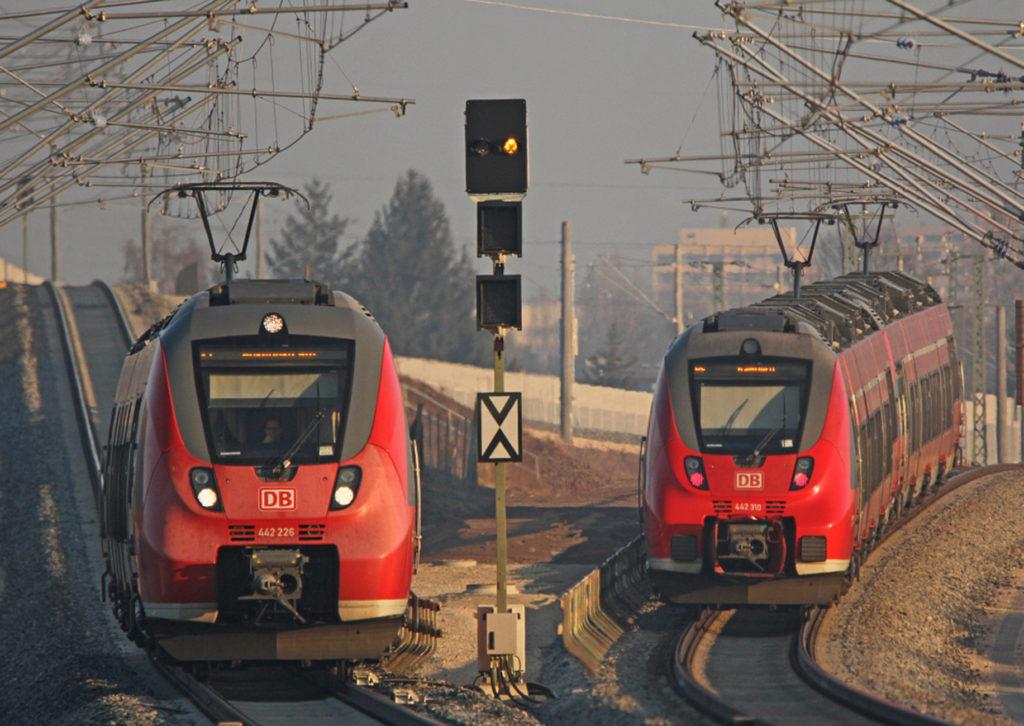 zwei Züge nebeneinander auf freier Strecke