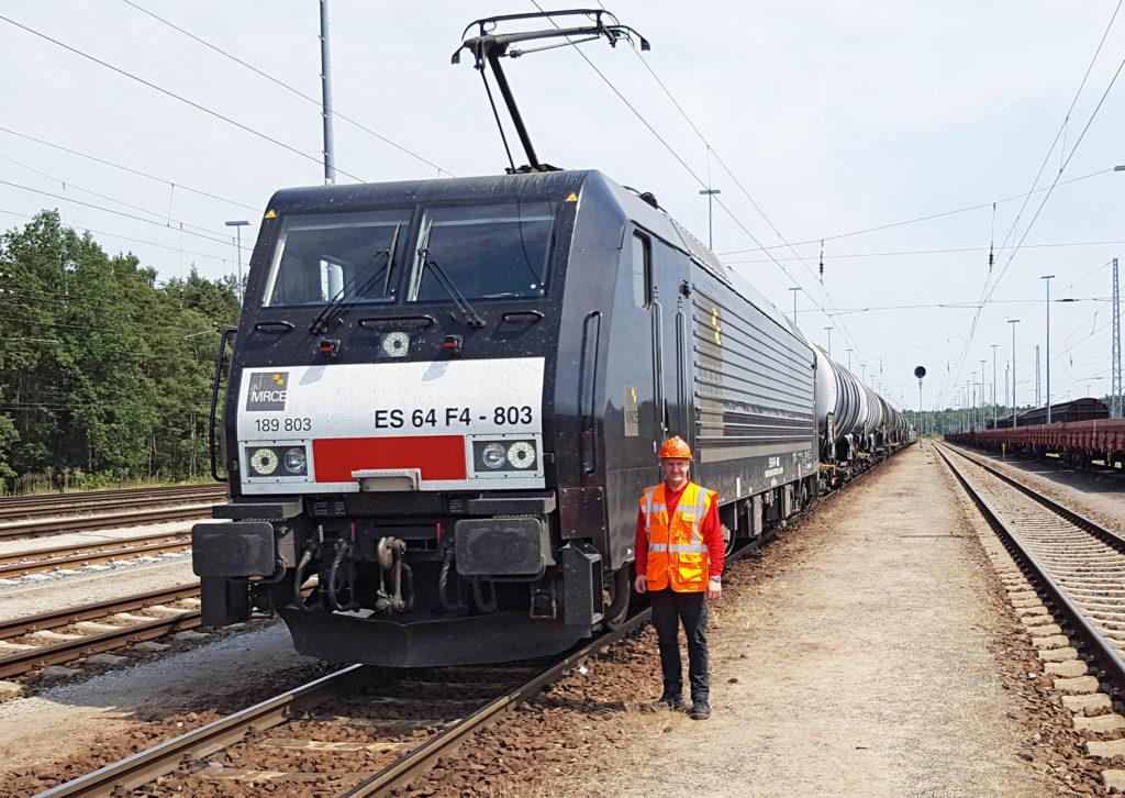 Triebfahrzeugführer neben dem Zug