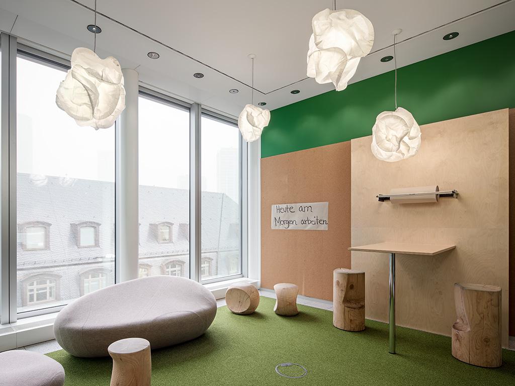 von DB Immobilien gestalteter Kreativraum mit Wandbeschriftung heute am morgen arbeiten