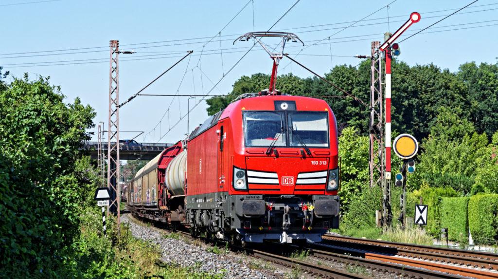 Lokomotive von DB Cargo mit einem Güterzug unterwegs