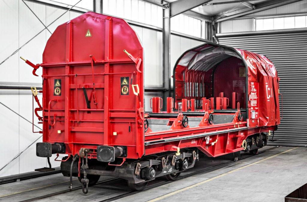 Güterwagen von DB Cargo in einem Hangar