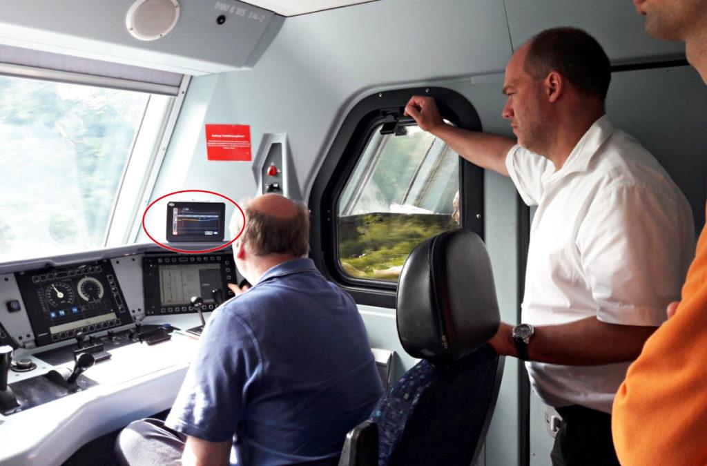 Monitor des Assistenzsystems Leader im Führerstand einer Lok von DB Cargo