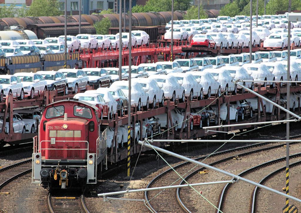 Mit Neuwagen beladener Güterzug mit einer Rangierlok