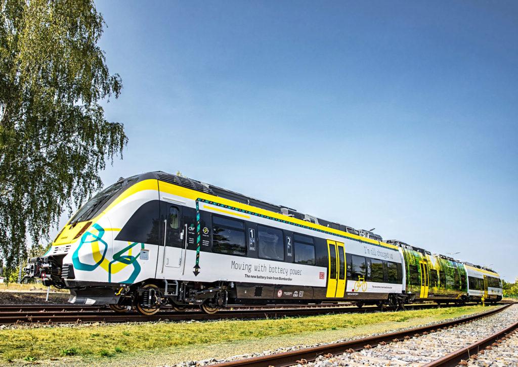 db regionalzug mit hybridantrieb auf einem gleis vor blauem himmel