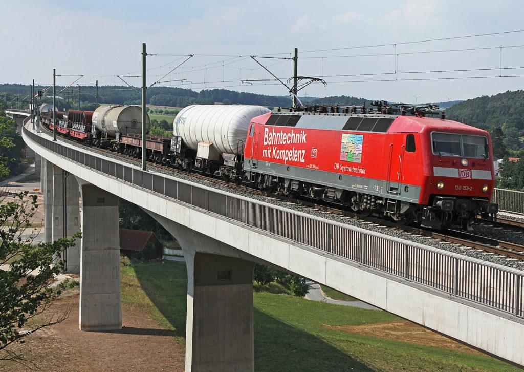 Güterzug von DB Systemtechnik auf Brücke