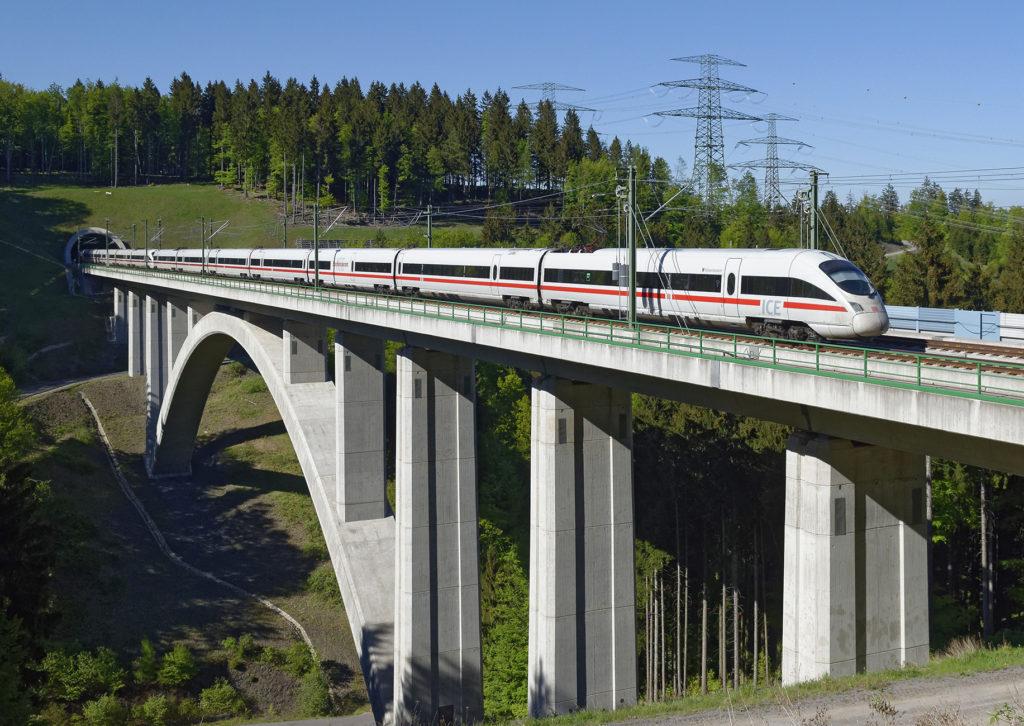 ICE fährt über eine Brücke auf der Schnellfahrstrecke Berlin-München_