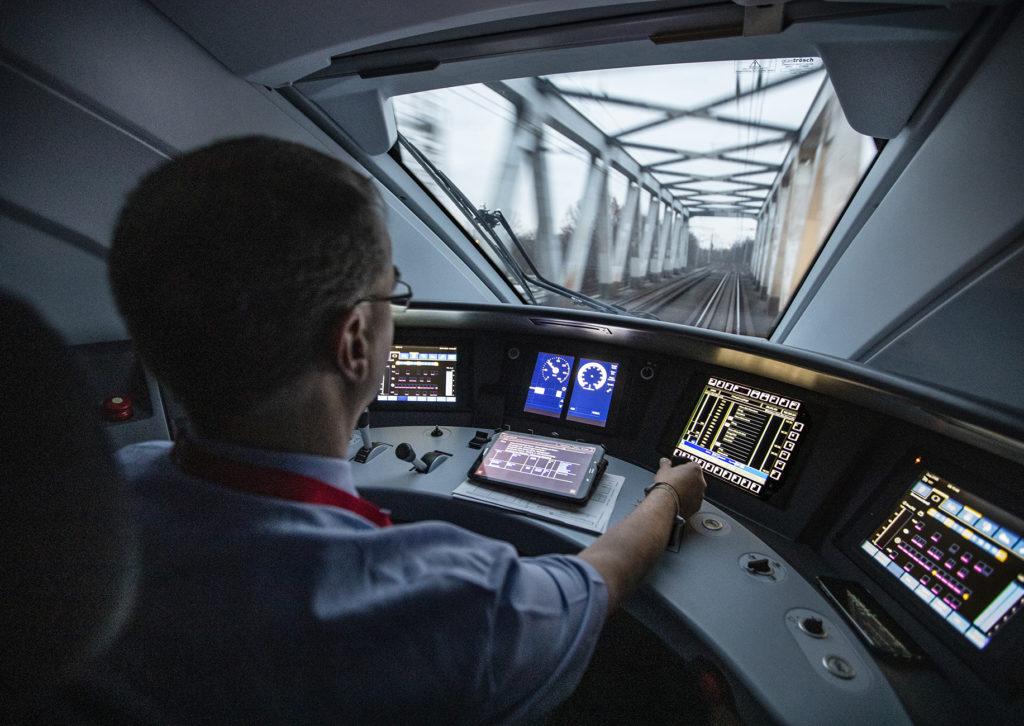Triebfahrzeugführer unterwegs mit einem ICE 4