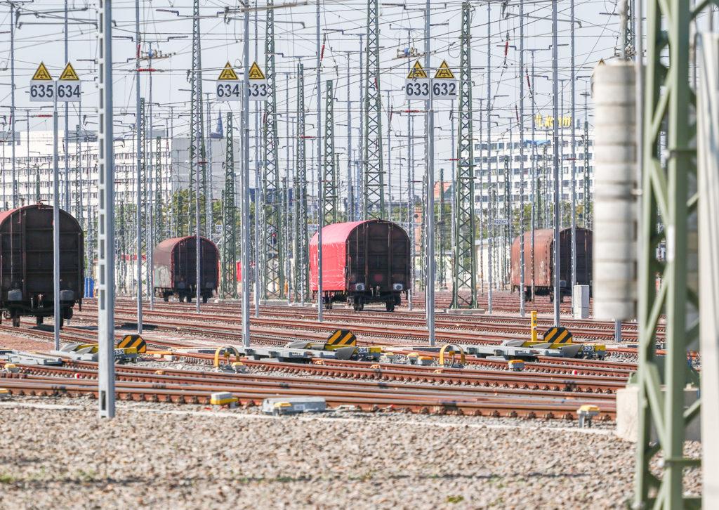 Gleisvorfeld mit einzelnen Güterwagen