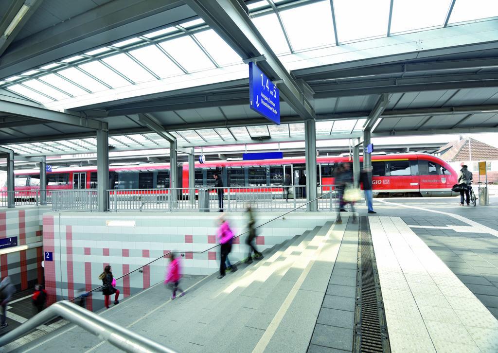 Bahnsteig mit Treppenzugang und Regionalzug