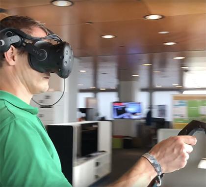 Mitarbeiter der Bahn im Training mit Virtual Reality-Brille