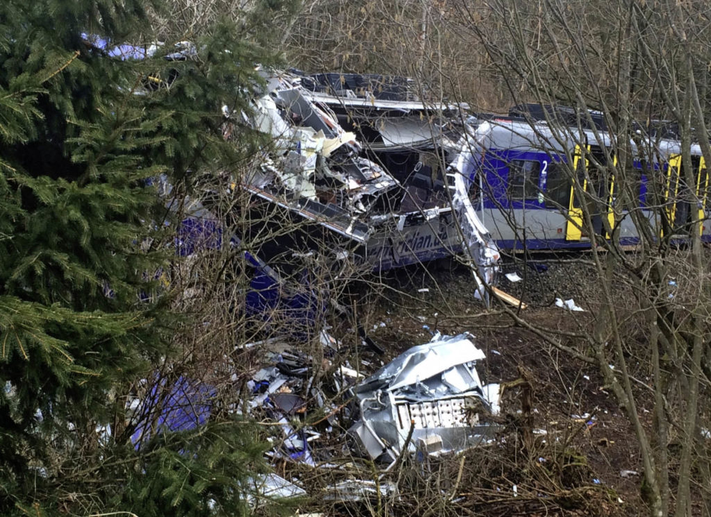 Weitgehend zerstörter Regionalzug nach einem Unfall bei Bad Aibling