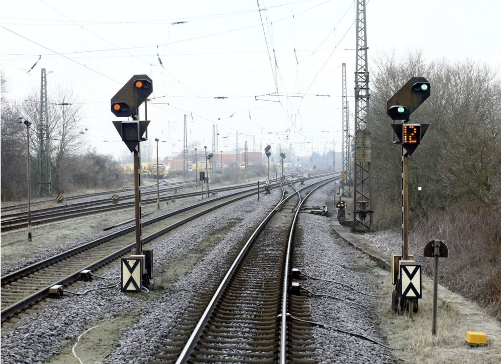 Bahnsignale an der Strecke in winterlicher Umgebung