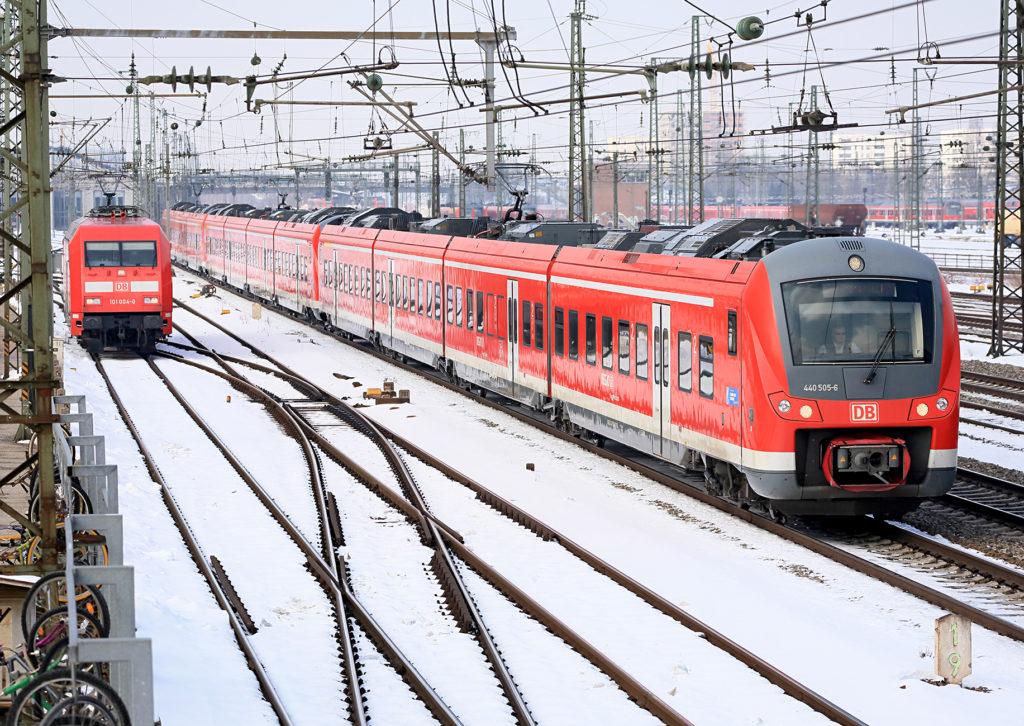 Nahverkehrszüge von DB Regio in winterlicher Umgebung