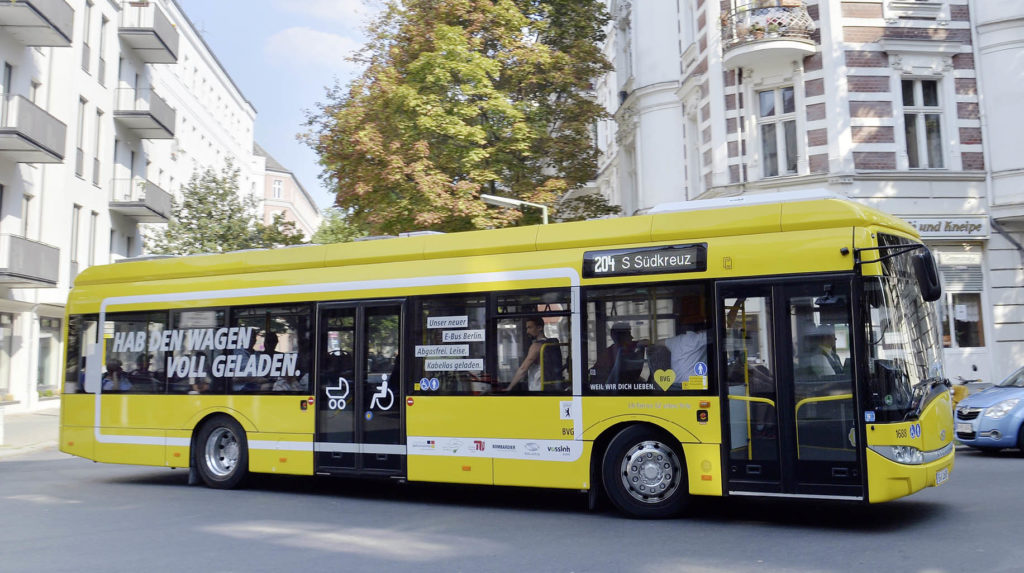 gelber Bus der Berliner Verkehrsbetriebe beim Einbiegen in eine Straße