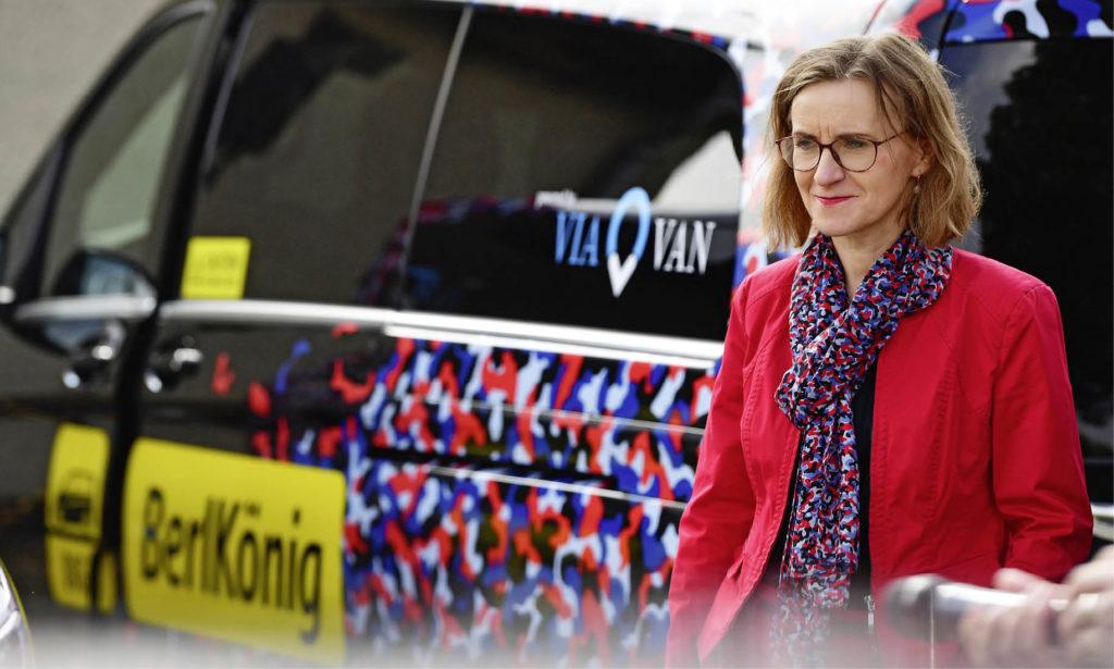 Sigrid Nikutta vor einem BerlKönig-Fahrzeug der Berliner Verkehrsbetriebe