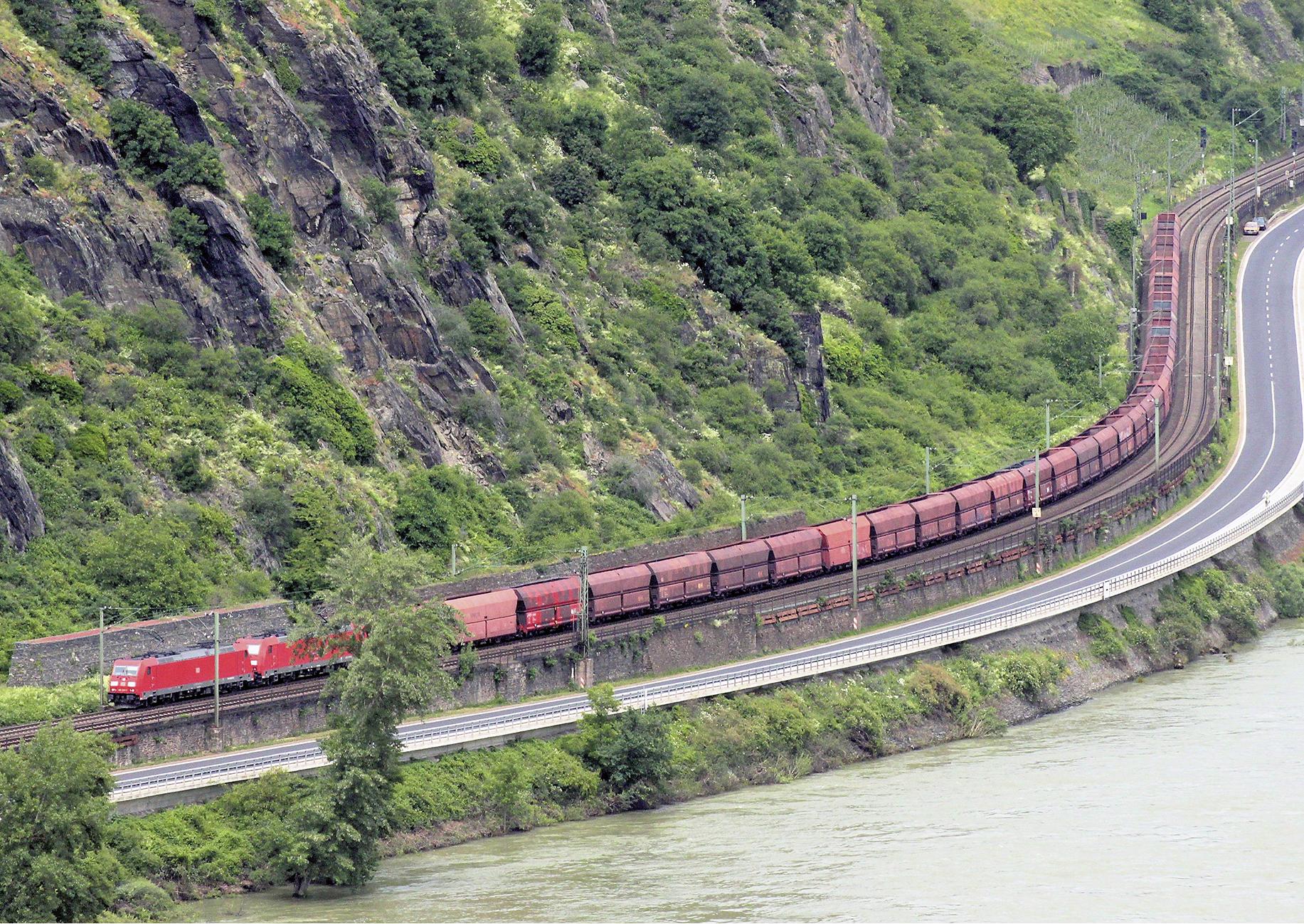 Güterzug im Mittelrheintal mit zwei E-Loks Baureihe 185 (Erzzug Rotterdam - Linz) bei Oberwesel (linke Rheinstrecke)