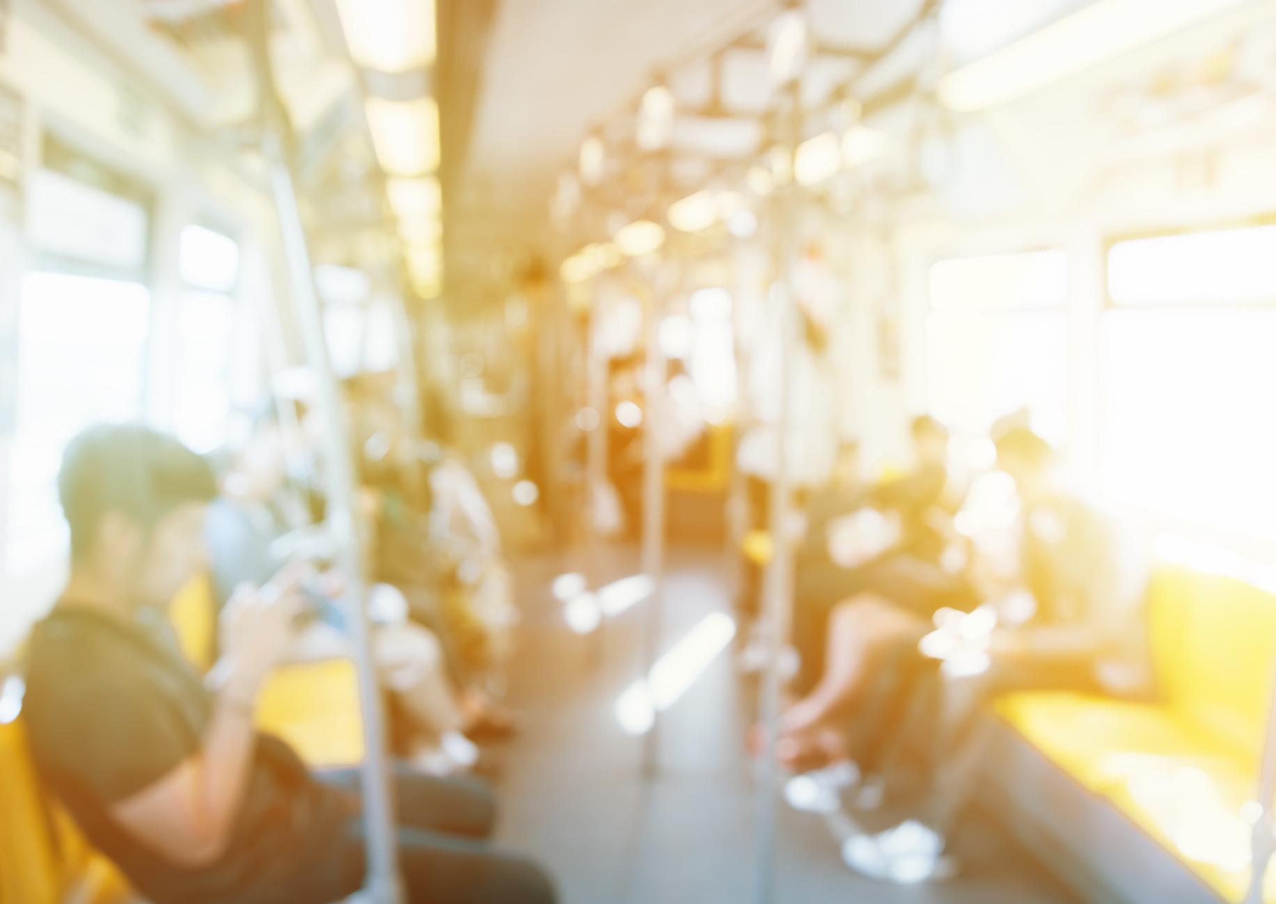 Menschen der Hintergrund jedoch unscharf, nicht identifizierte Person spielen Smartphone Tablet im Bus Skytrain, Transport oder Kommunikation Konzept