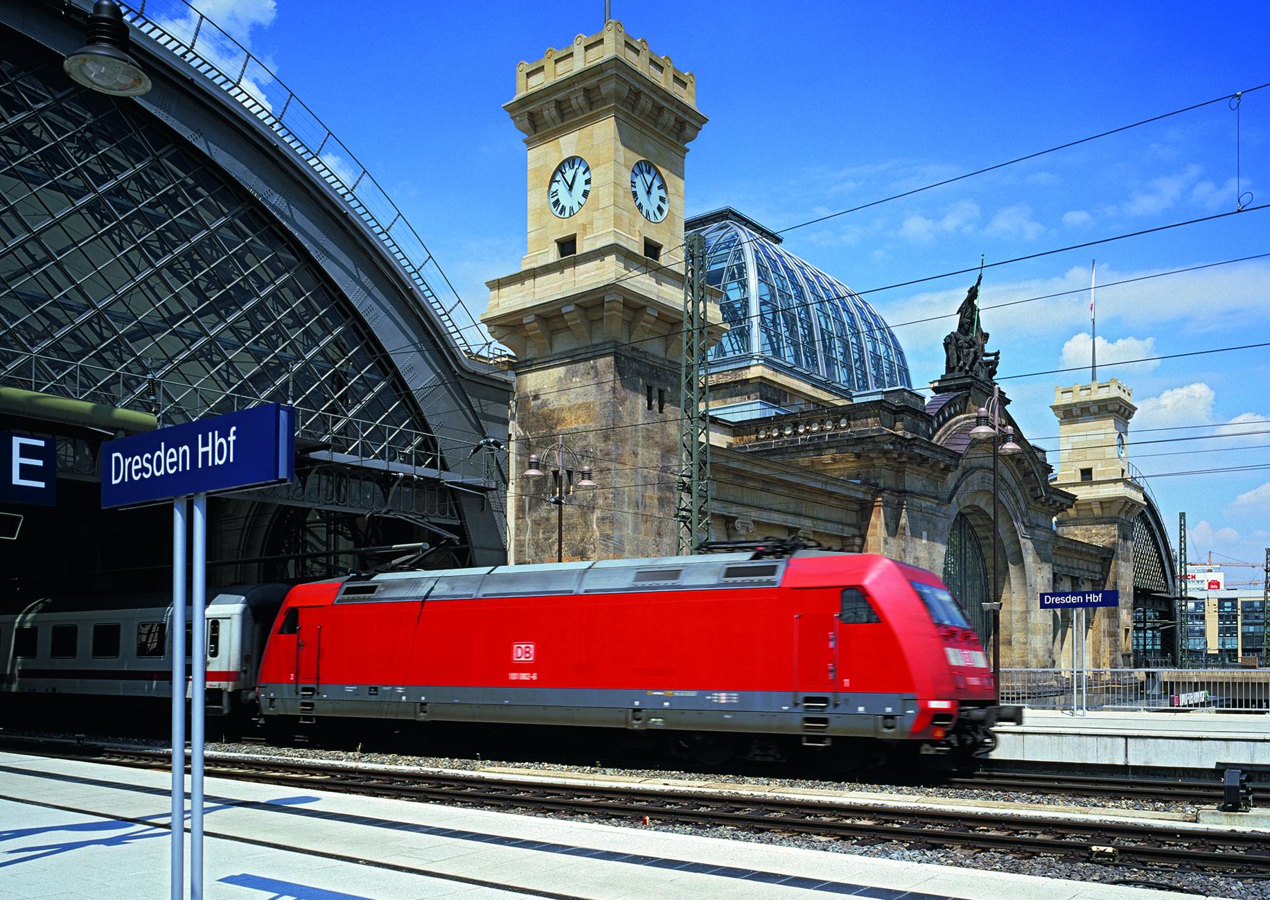 Blick vom Bahnsteig Dresden Hauptbahnhof in Richtung Gleisgebäude