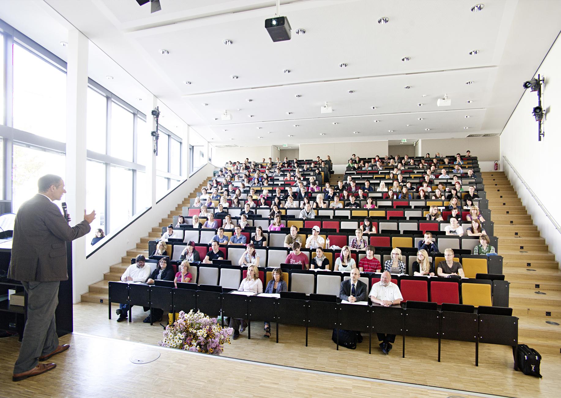 Vorlesungssaal mit Prof + Studierenden