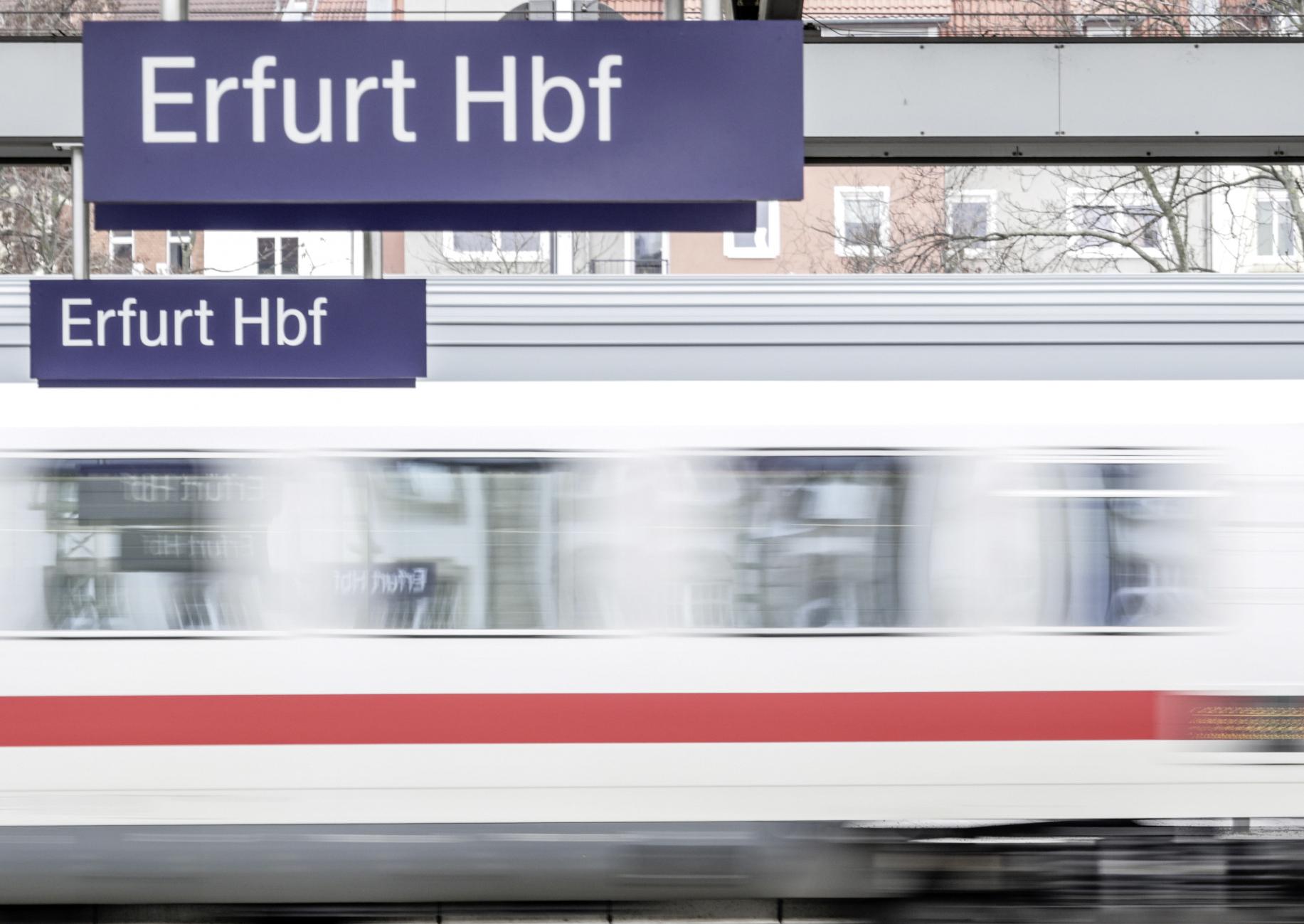 Zug fährt an Gleis Erfurt Hbf vorbei