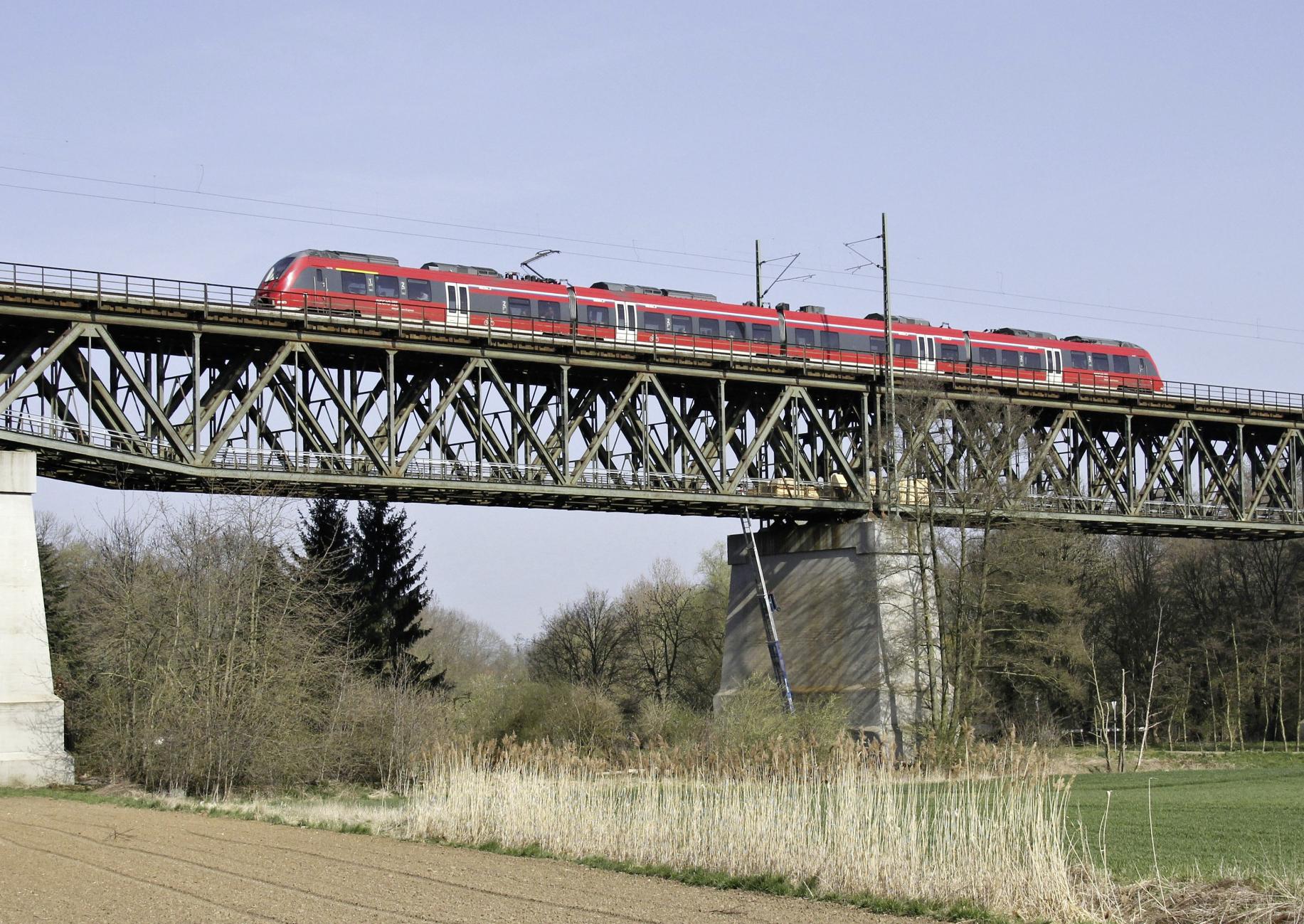 Regionalzug auf einer Brücke