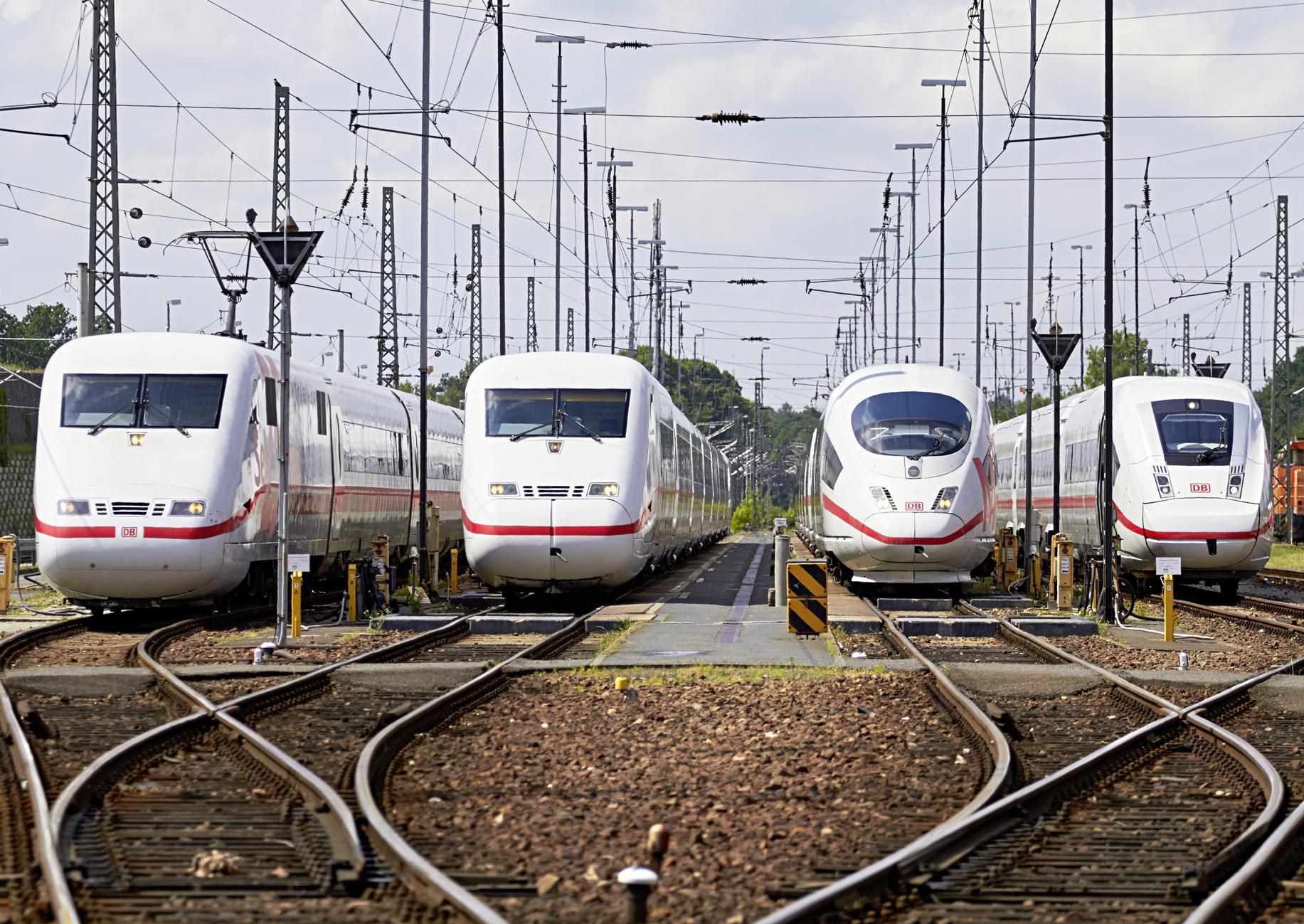 vier ICE im Bahnhofsvorfeld nebeneinander