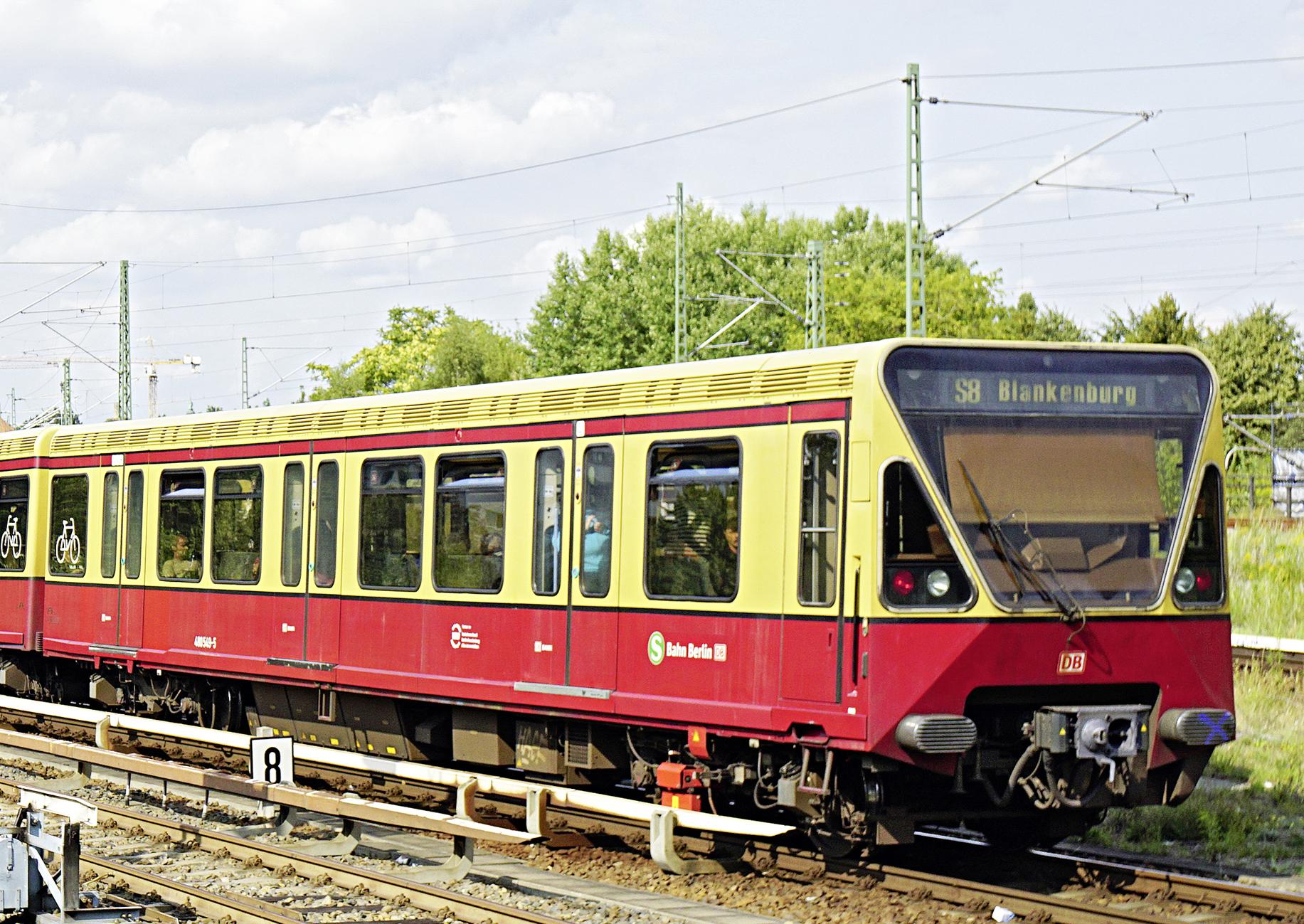 Eine Berliner S-Bahn der Linie S8 in Fahrt