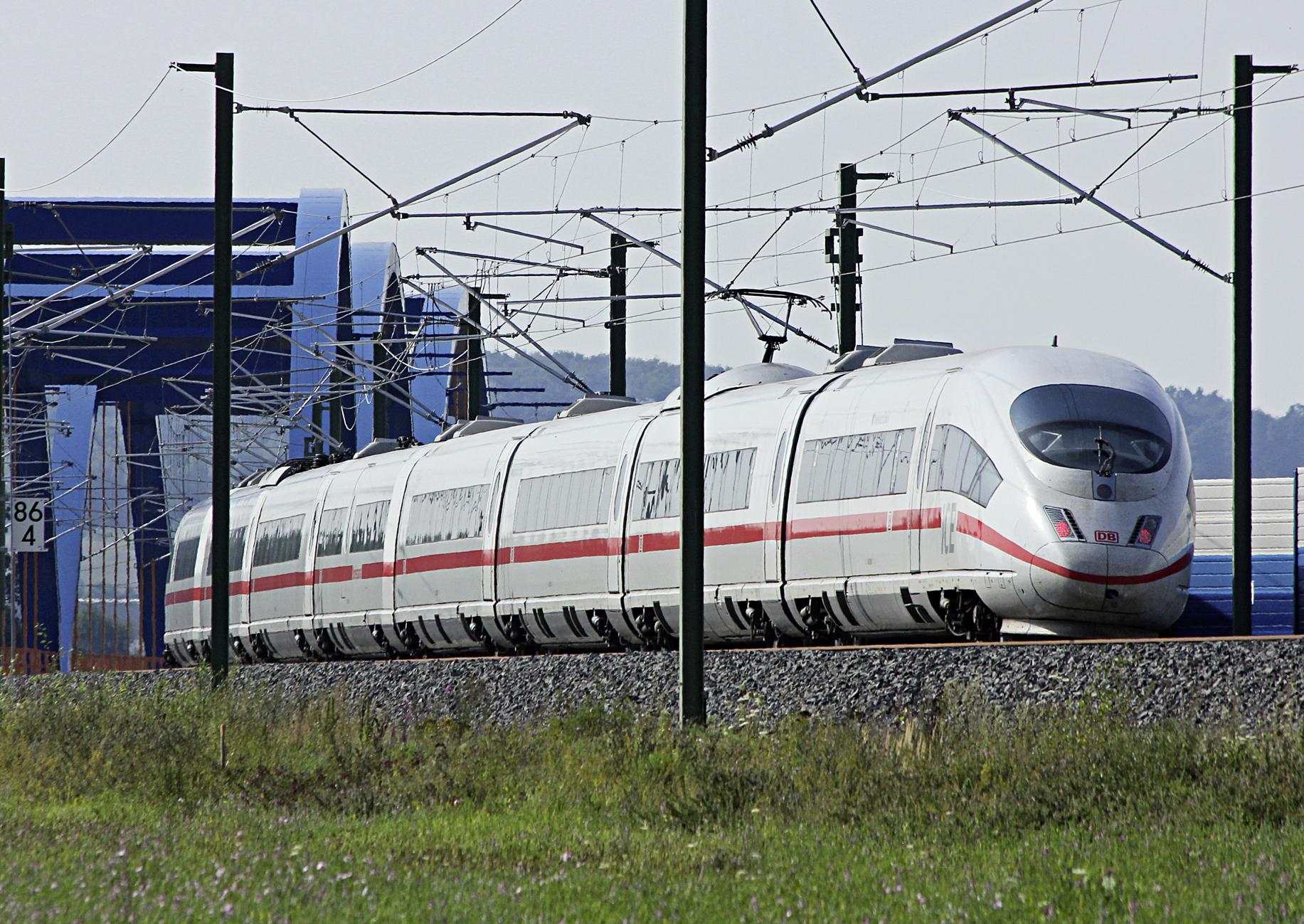 ein ICE der Deutschen Bahn in Fahrt