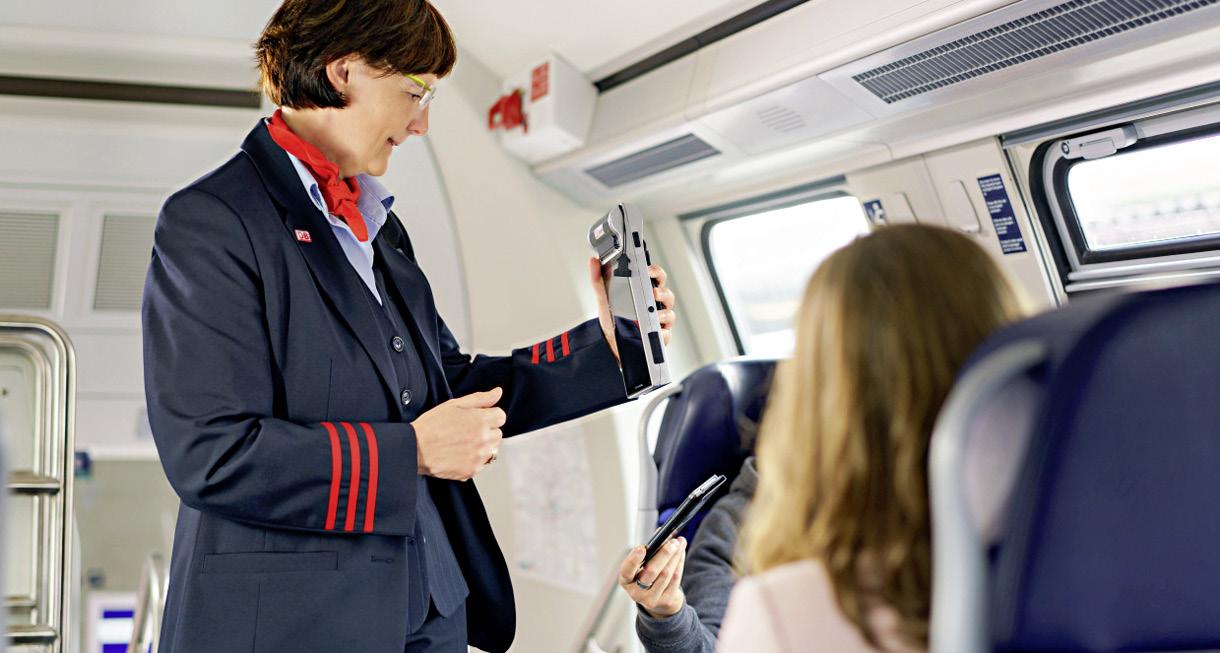 Eine Zugbegleiterin scannt ein Smartphone-Ticket