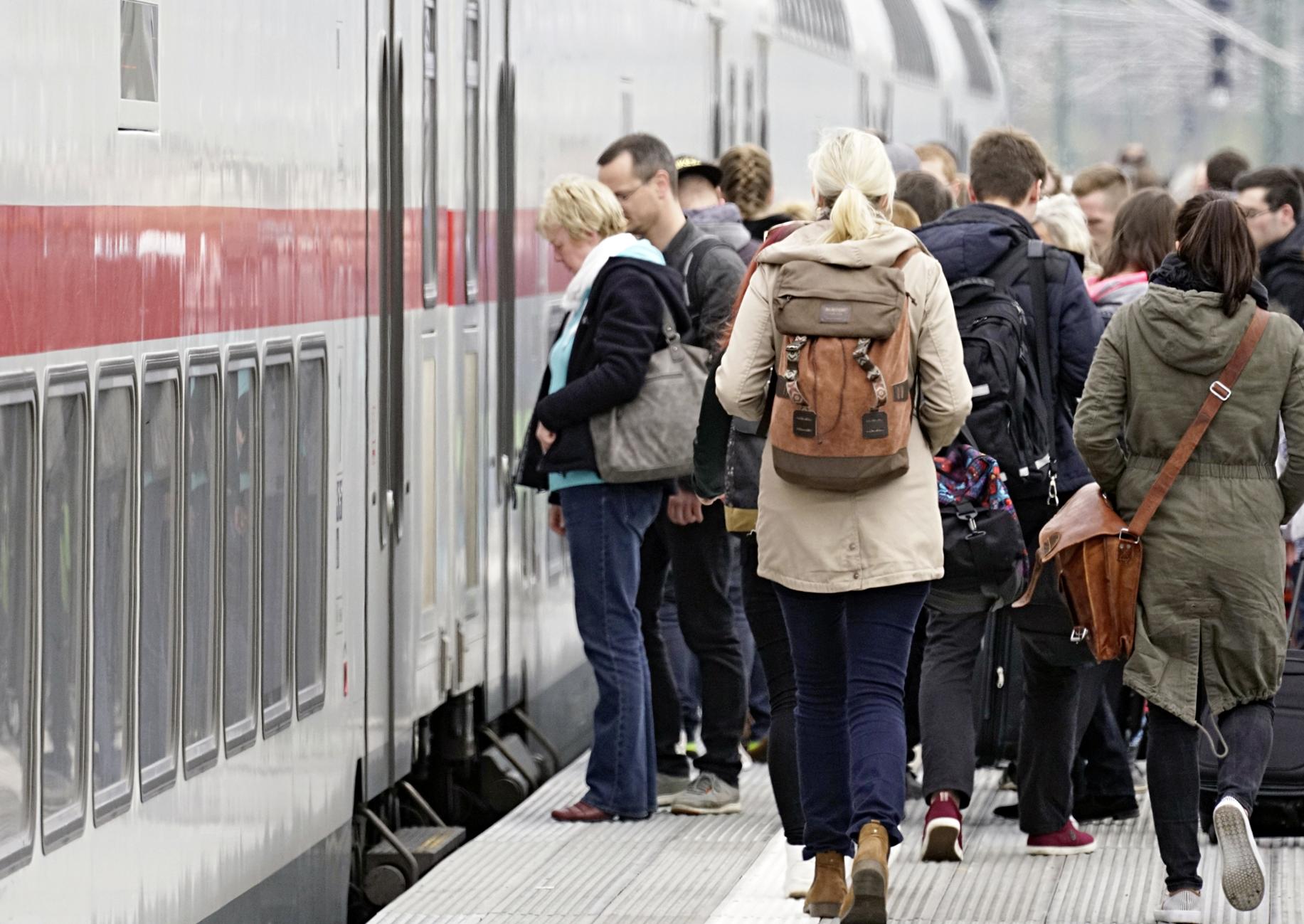 Fahrgäste an einem Bahnsteig im Bahnhof Berlin-Spandau