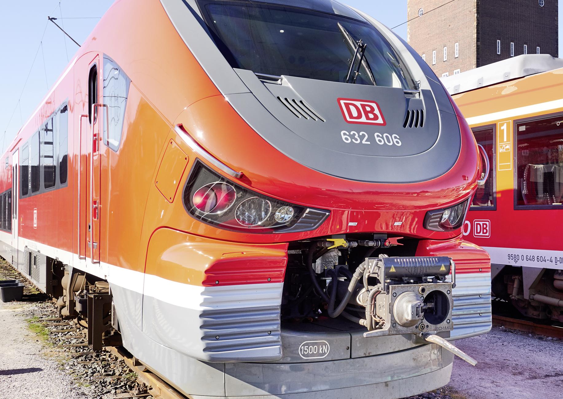 Front eines DB-Regionalzugs mit ausgefahrener Kupplung