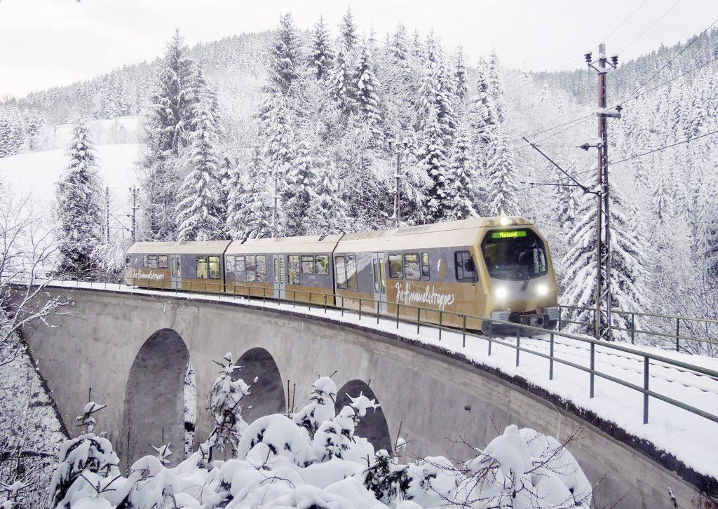 Die Himmelstreppe auf einer Brücke auf winterlicher Strecke