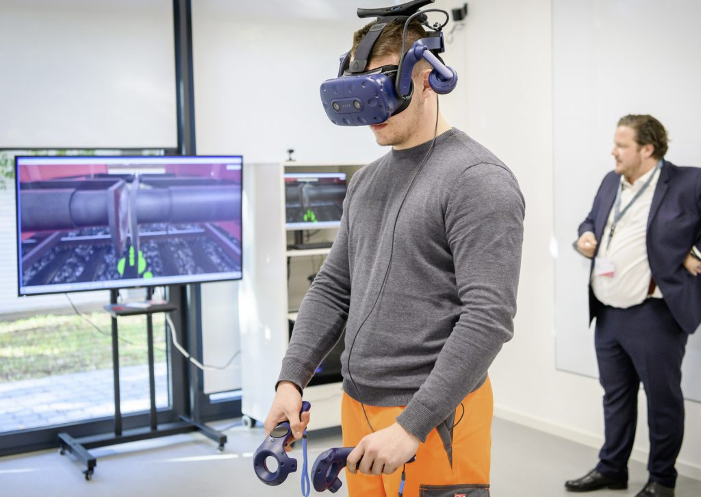 Mann kuppelt mit Virtual Reality-Brille