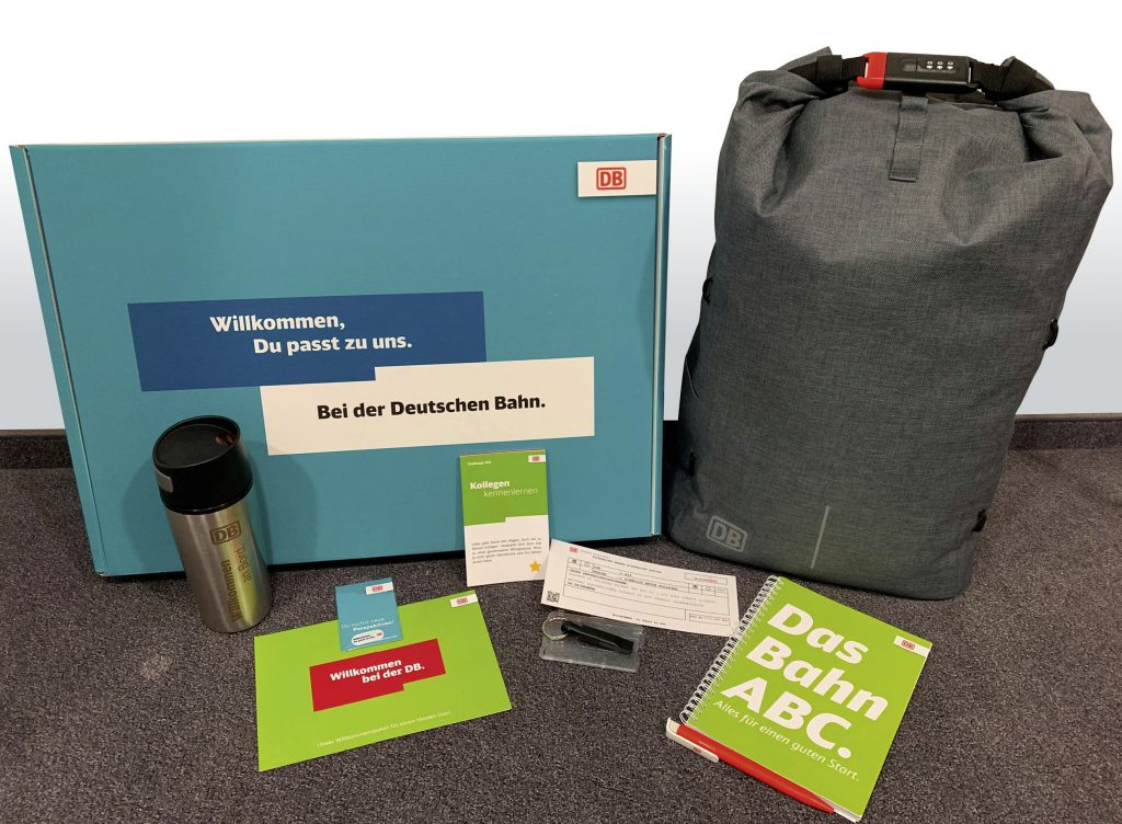 Rucksack, Bahn-Begriffslexikon und praktische Kleinigkeiten für den Arbeitsalltag aus dem Willkommenspaket