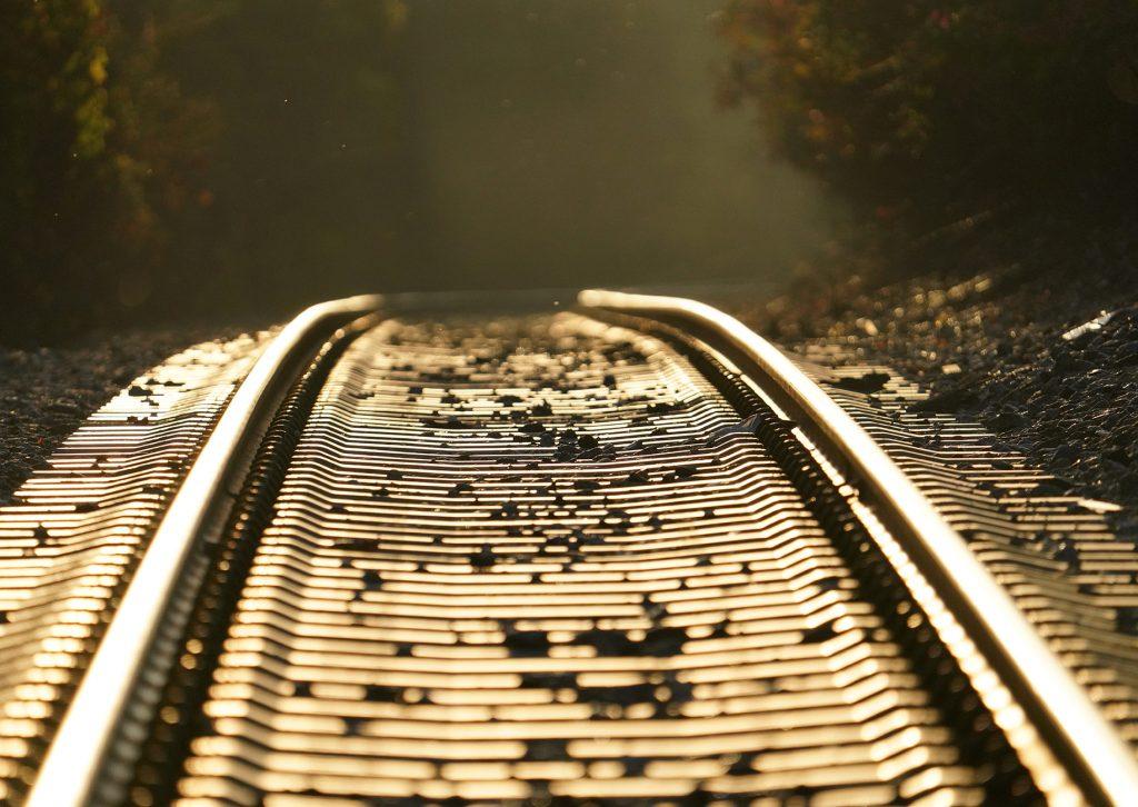 Gleis im Sonnenaufgang