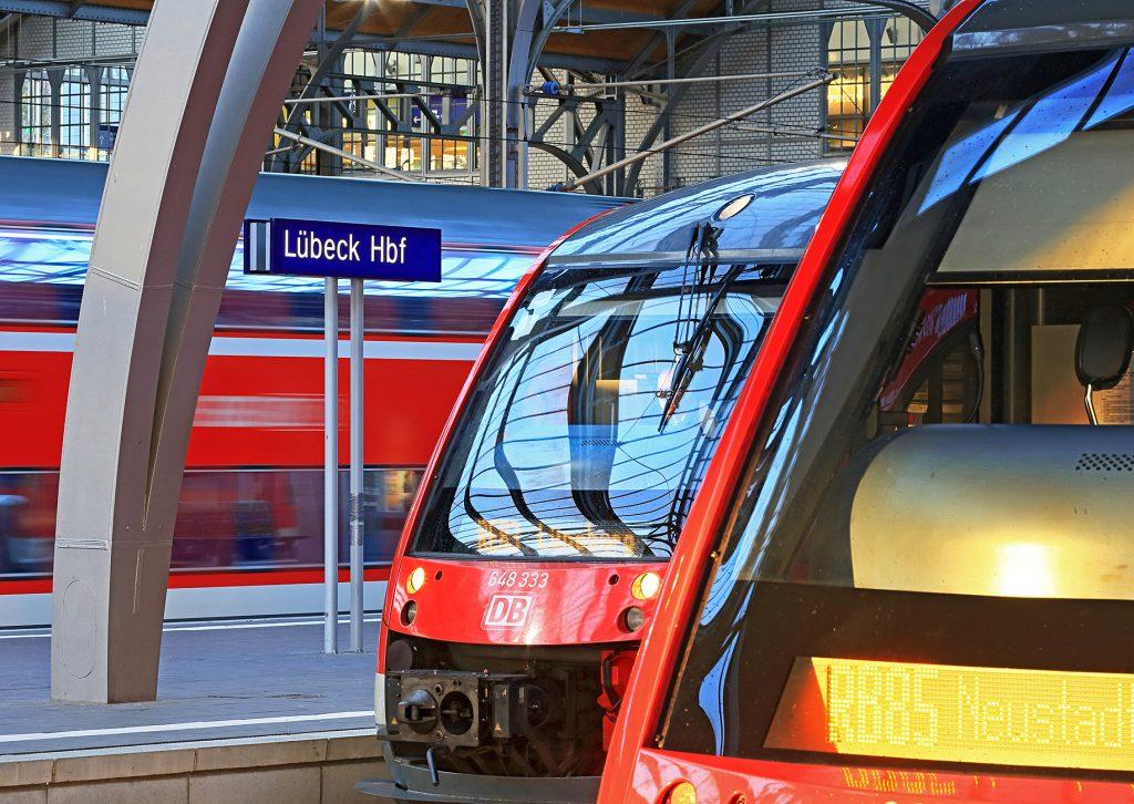 Züge am BAhnstein in Lübeck Hbf