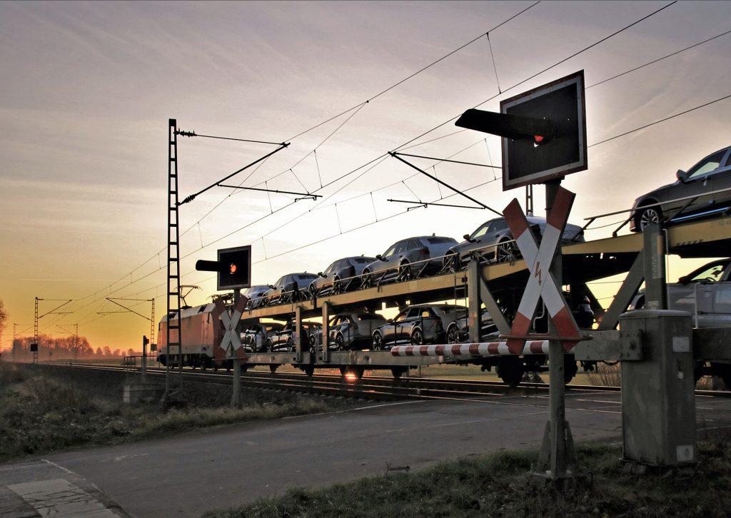 DB Cargo Güterzug (ATG) passiert einen Bahnübergang