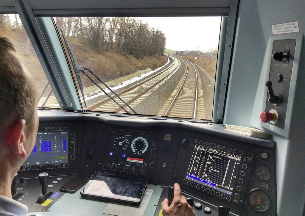 Blick aus einer Diesellok der Baureihe 245 mit IC zwischen Gera und Weimar
