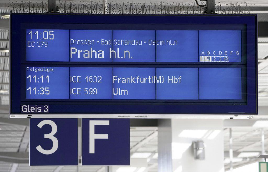 Anzeigetafel im Bahnhof Berlin Südkreuz mit Fahrtziel Prag
