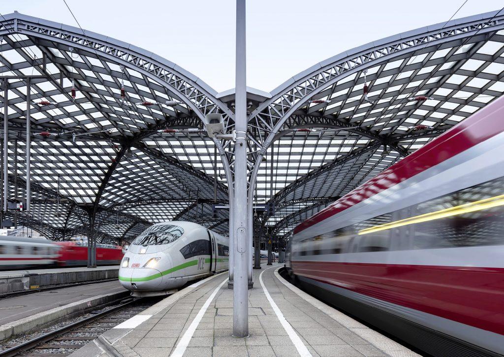 ICE und Regionalzug in einem Bahnhof